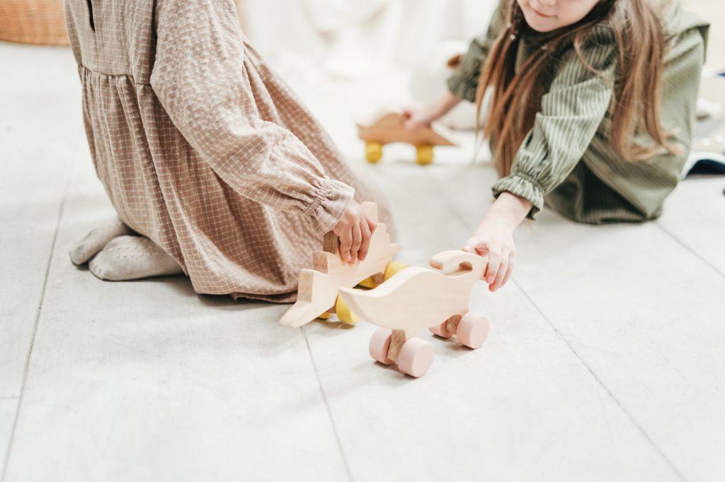 En la pedagogía Waldorf se utilizan elementos de juego hechos con materiales naturales o muñecos neutros.